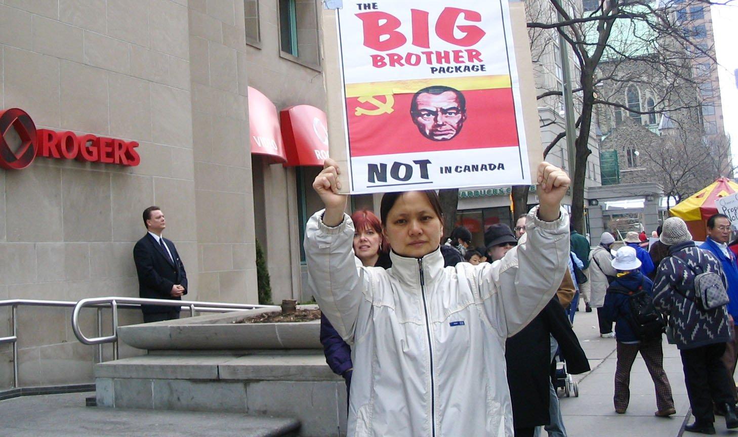 羅查士多倫多總部大樓前抗議九家中共電台滲透加拿大的民眾。(大紀元)