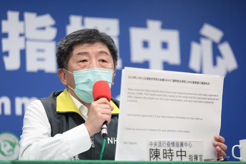 台灣中央流行疫情指揮中心指揮官陳時中4月11日在記者會中公開當初與世界衛生組織(WHO)聯繫的電子郵件全文,反擊「WHO斷章取義」,台灣雖未明確說出「會人傳人」,但強調非典型肺炎特性且病人均隔離治療,強烈暗示人傳人可能。(中央流行疫情指揮中心提供/中央社)