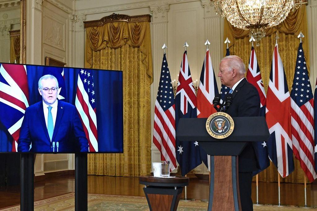 圖為2021年9月15日,美國總統拜登在白宮東廂與英國首相約翰遜、澳洲總理莫里森(左)就國家安全問題進行影片交談。(BRENDAN SMIALOWSKI/AFP via Getty Images)