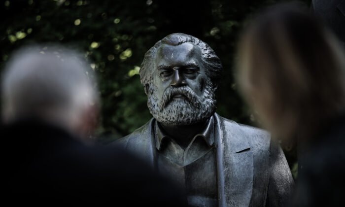 2018年5月4日,遊客在德國柏林的一處公園裏,觀看卡爾‧馬克思的雕像。(Sean Gallup/Getty Images)
