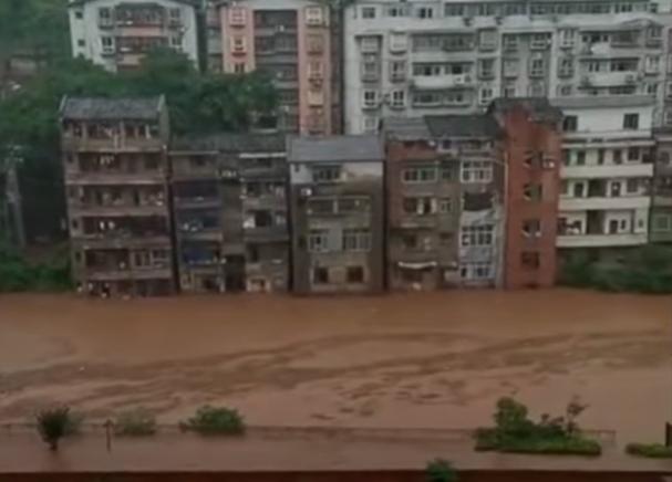 2020年6月22日,重慶暴雨,官方稱,預計在未來8小時內綦江流域將出現1940年來最大的洪水。(影片截圖)