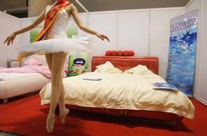賣傢俬半裸促銷?學者析中國人替誰付出代價