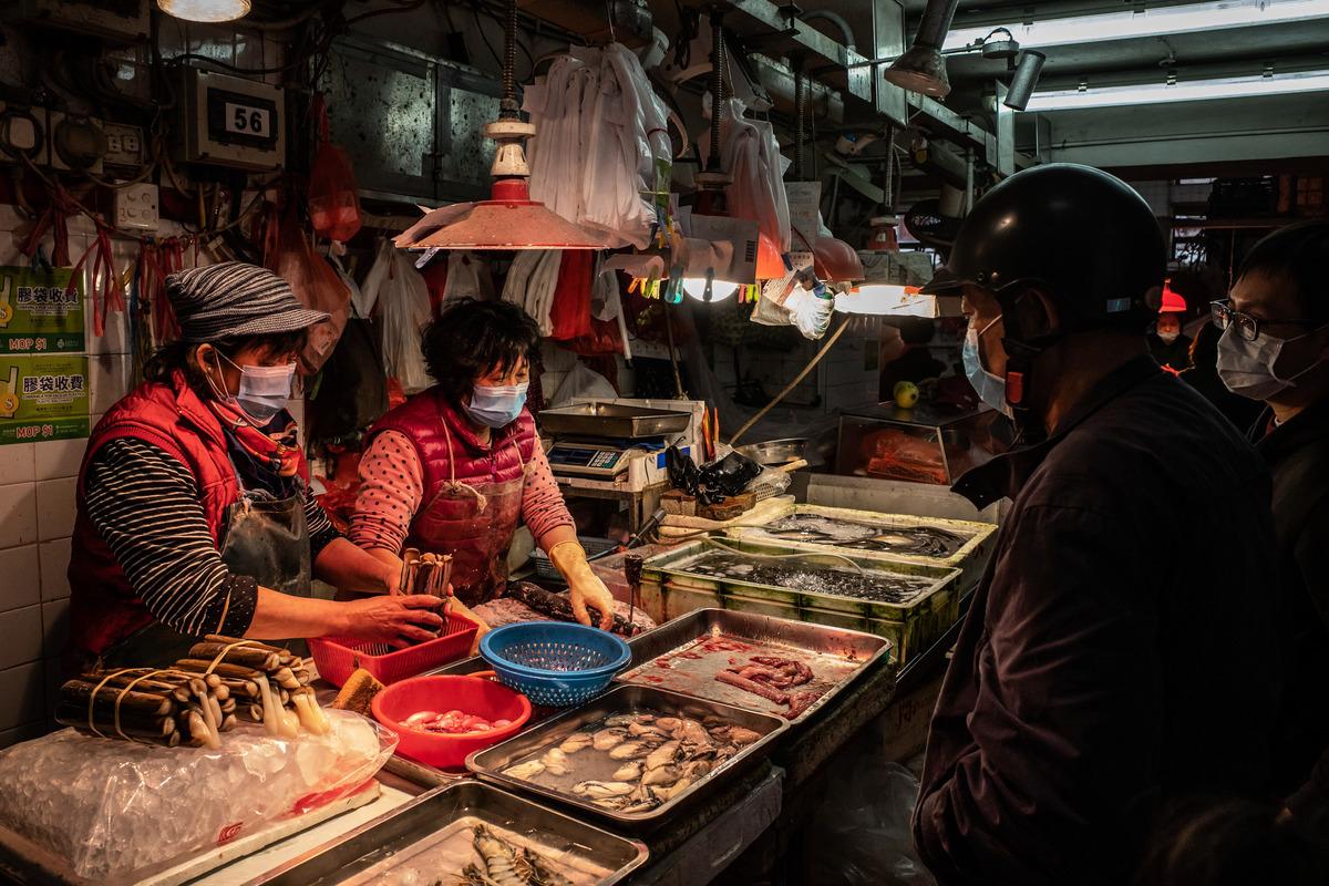 武漢市一菜場要求:入駐的女攤販不得超過45歲,男攤販不得超過50歲。規定引來公眾的大量不解和質問,圖為菜場示意圖。(Anthony Kwan/Getty Images)