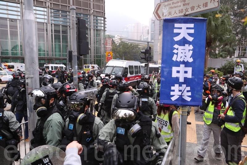 2020年1月19日,「天下制裁集會」在中環遮打花園及遮打道舉行。市民參加天下制裁集會,但集會臨時被腰斬,有市民和外籍人士被警察驅趕要求離開,亦有市民被捕。(余鋼/大紀元)