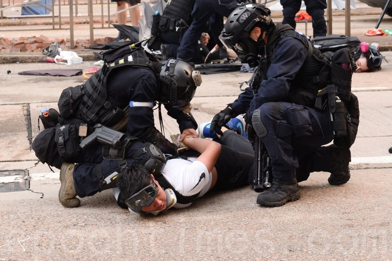 2019年9月29日的「9.29全球抗共」遊行活動中,港警在金鐘狂抓捕抗爭者。(宋碧龍/大紀元)