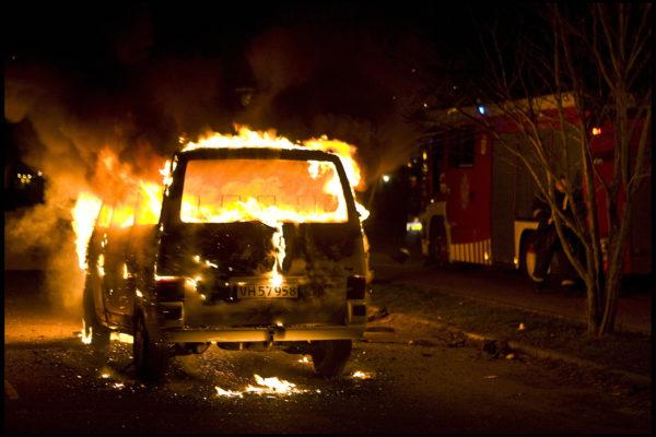 丹麥警方於2016年10月10日表示,首都哥本哈根從今年起至今已發生185宗縱火燒車案。本圖為2008年2月15日發生在哥本哈根的火燒車案件。(NILS MEILVANG/AFP/Getty Images)