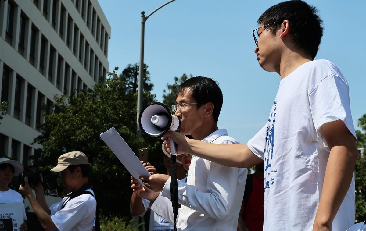 曾遭中共多次關押、飽受酷刑折磨的維權律師劉士輝,2017年7月9日於洛杉磯中領館前發表首屆「中國人權律師節」演說。(徐繡惠/大紀元)