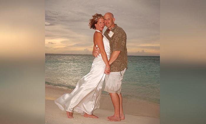 美國康涅狄格州夫婦馬歇爾和麗莎已結婚12年,不幸的是,56歲的馬歇爾幾年前被診斷出患有阿茲海默症,不記得曾經與麗莎舉辦過婚禮,但不久前兩人再一次墜入愛河。(麗莎提供)