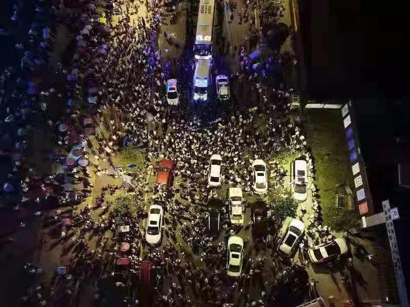 7月14日晚,重慶市江津區雙福新區恆大金碧天下的上千業主因停車位的問題,與物業僱用的數百名保安發生衝突。(網友提供)