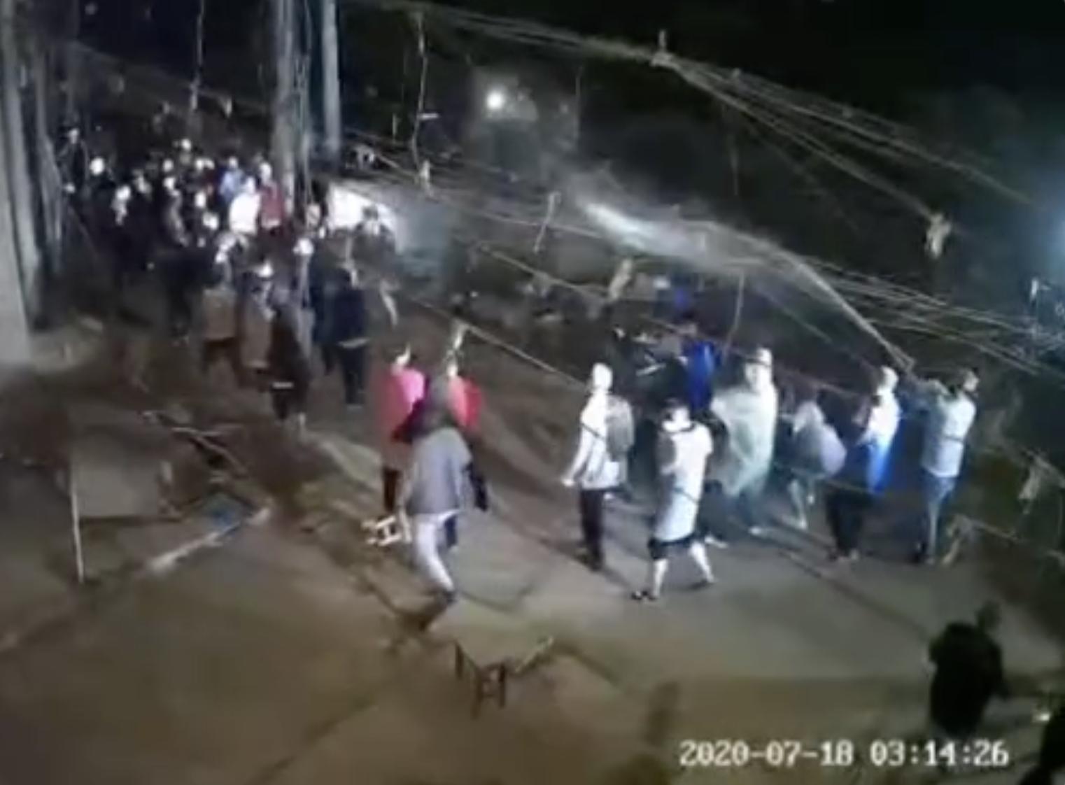 河南省洛陽市劉富村面臨被整村強拆,拆遷隊半夜三點突襲。(影片截圖)