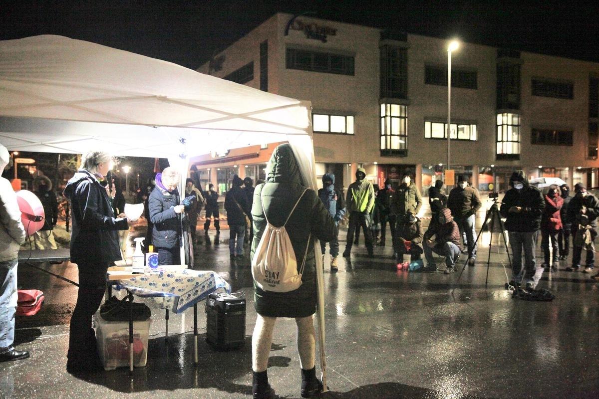 2021年1月28日德國慕尼黑衛星城(Poing),民眾冒雨舉辦抗議政府疫情防範措施的活動。這是自去年5月份以來的第38次集會。(黃芩/大紀元)