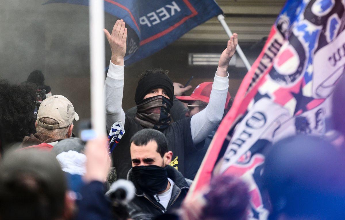 2021年1月6日,一名示威者在試圖闖入美國國會大廈時,正向其他示威者打手勢。透過人臉辨識軟件分析,闖入議會著抗議者中,混雜了安提法成員。(ANDREW CABALLERO-REYNOLDS/AFP via Getty Images)