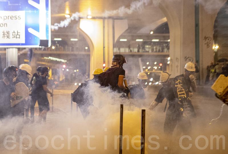 2019年7月28日,遮打反警察暴力集会后,市民游行到西环,近中联办附近与警察对峙,其后警察频繁发射橡胶子弹及催泪弹清场。(余钢/大纪元)
