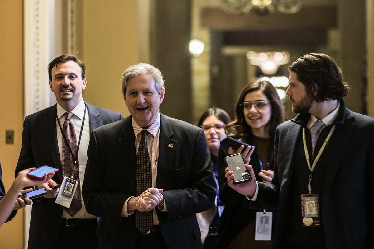 圖為路易斯安那州共和黨參議員約翰·甘迺迪(John Kennedy,中),他提出的《外國公司問責法案》(Holding Foreign Companies Accountable Act)於2020年5月20日在參議院獲得通過。(Zach Gibson/Getty Images)