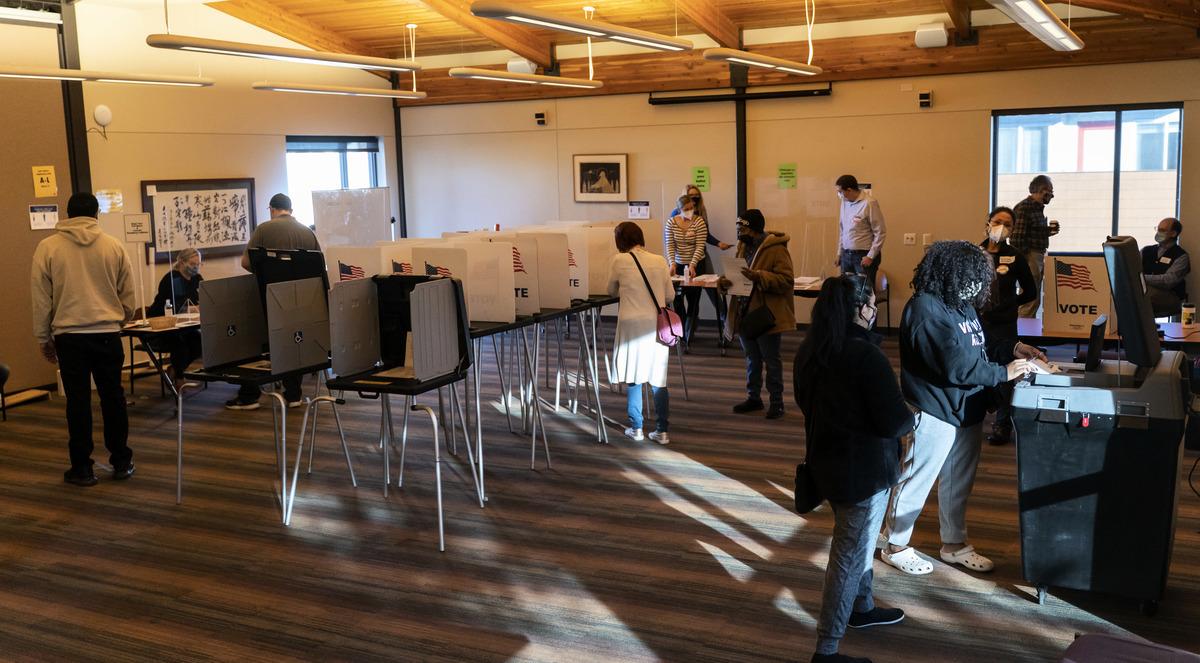 2020年11月03日,美國威斯康辛州麥迪遜(Madison),選民在天主教多元文化中心(Catholic Multicultural Center)投票。(Andy Manis/Getty Images)
