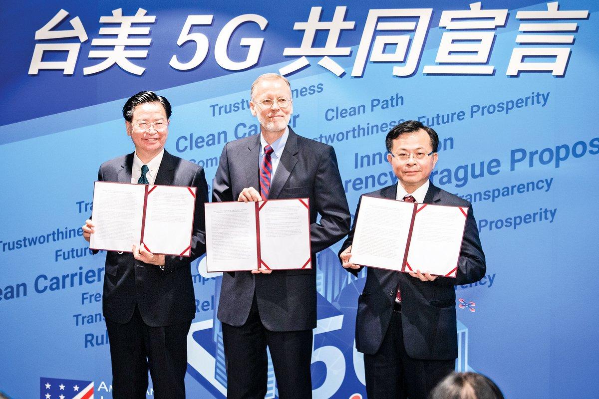 圖為外交部長吳釗燮(左)、美國在台協會(AIT)處長酈英傑(中)8月26日共同發表台美「5G安全共同宣言」。(陳柏州/大紀元)