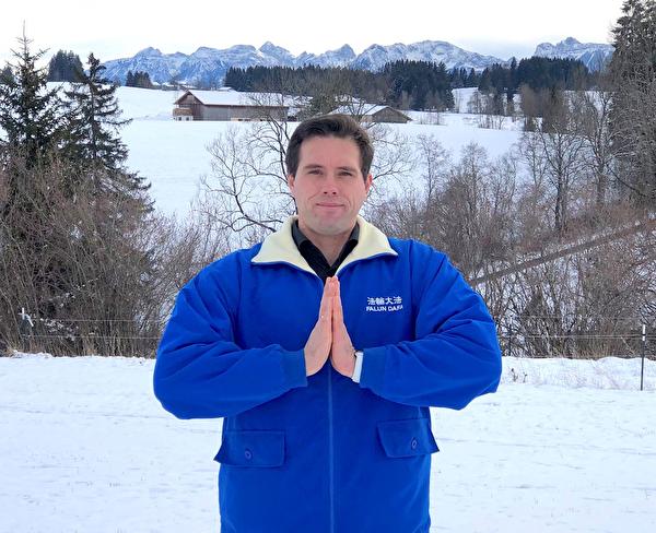 來自德國巴伐利亞阿爾卑斯山脈地區的米歇爾‧沃爾訥(Michel Wollner)恭賀李洪志師父新年好!(明慧網)