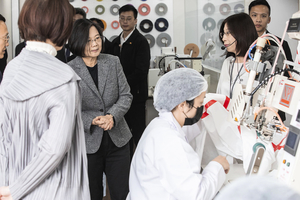 台灣創口罩生產奇蹟 防護衣等生產線再就位