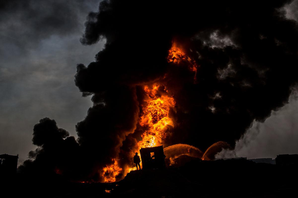 俄羅斯伊爾庫茨克石油公司的一座油田失火,軍方以反坦克砲砲擊油田,最終將火勢撲滅。圖為2016年11月9日,伊拉克奎亞拉(Qayyarah)的油田遭縱火,與本文無關。(Chris McGrath/Getty Images)
