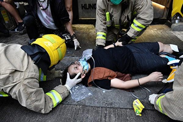 10月6日,鄭姓司機駕駛的士突然左轉撞向遊行人群,致使23歲女子雙腳骨折。據社交平台上的消息,該女子可能會終身殘廢。(Anthony WALLACE/AFP)