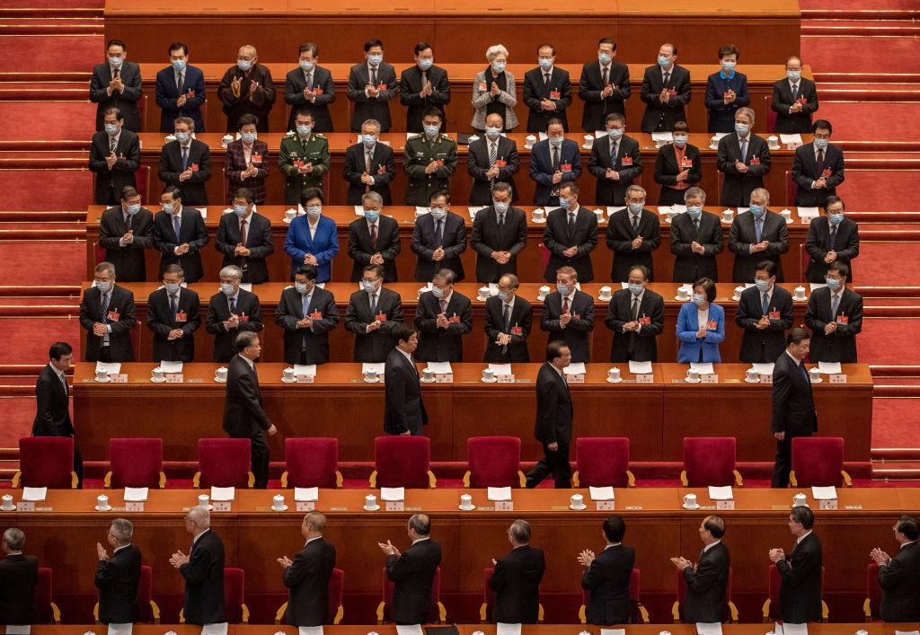 2021年3月8日,中共政治局常委跟隨習近平進入中共人大會議的會場。(Kevin Frayer/Getty Images)