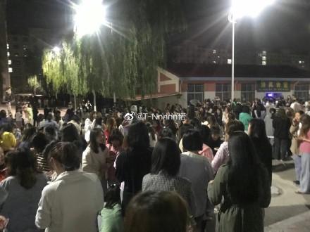 圖為青海果洛州周六凌晨發生7.4級地震,民眾湧出室外。(微博圖片)