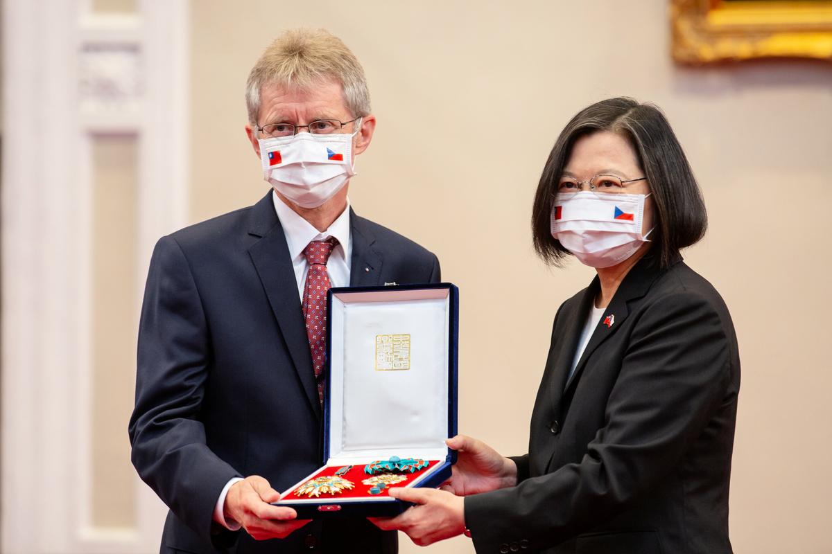 2020年9月3日,中華民國總統蔡英文追贈捷克共和國故參議長柯佳洛「特種大綬卿雲勳章」暨與現任參議長維特齊會談活動相關圖片。(總統府提供)