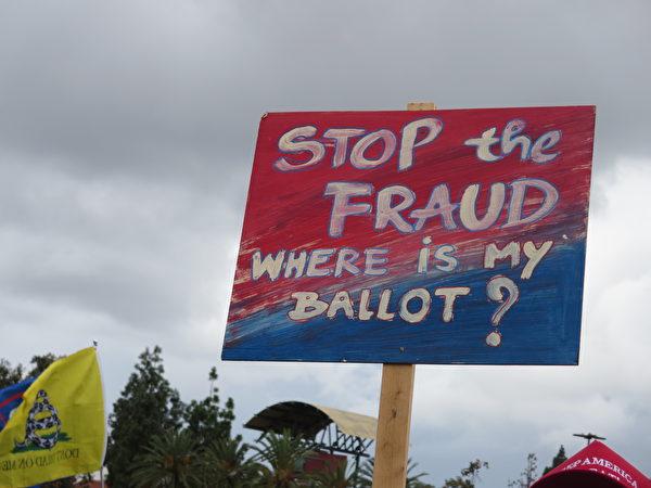 抗議牌上寫著「停止欺詐,我的選票呢?」(李梅/大紀元)