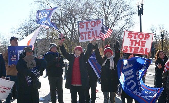 12月8日,一些美國民眾在聯邦最高法院前舉行集會,呼籲最高法院受理和裁決賓夕凡尼亞州選舉訴訟案。圖為抗議者在閉目祈禱。(李辰/大紀元)