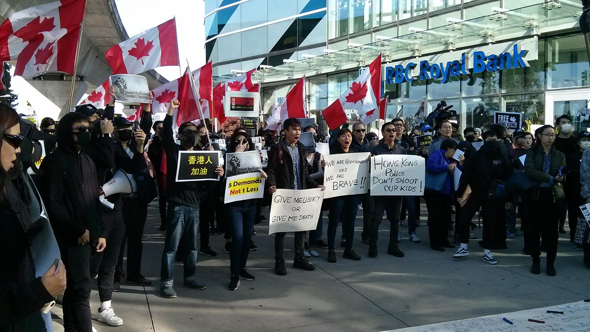 2019年10月5日,500人在溫哥華地區列治文市Aberdeen車站集會,譴責香港政府出台《禁蒙面法》。(李樂/大紀元)