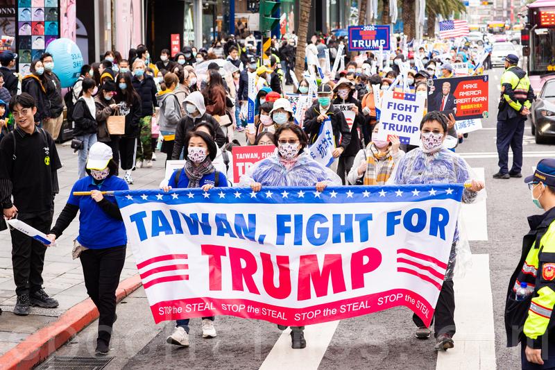 2020年12月19日,台灣各地民眾齊聚台北市信義廣場,參加「挺特滅共」遊行集會。圖為民眾打扮成美國隊長,為美國總統特朗普打氣。(陳柏州/大紀元)