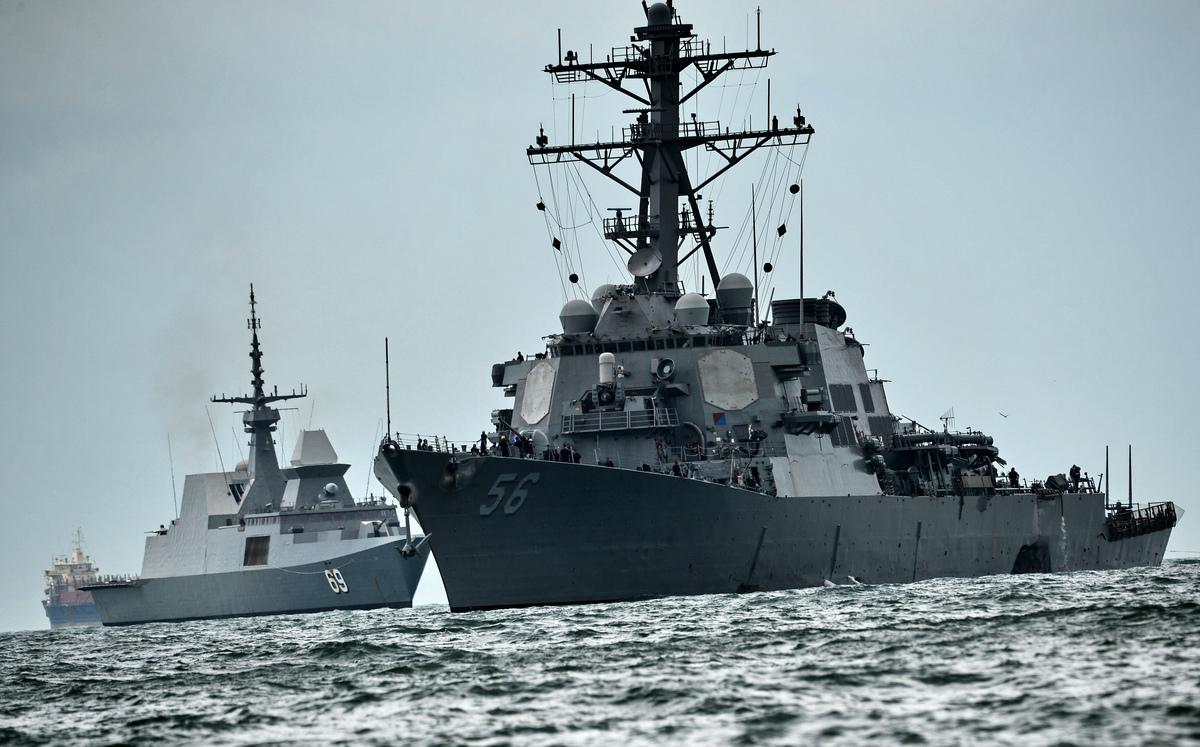 在穿越台灣海峽後一天,美國海軍導彈驅逐艦約翰·麥凱恩號(USS John S. McCain)在有爭議的西沙群島(Paracel Islands,帕拉塞爾群島)附近進行自由航行。麥凱恩號資料圖。(Photo credit should read ROSLAN RAHMAN/AFP via Getty Images)