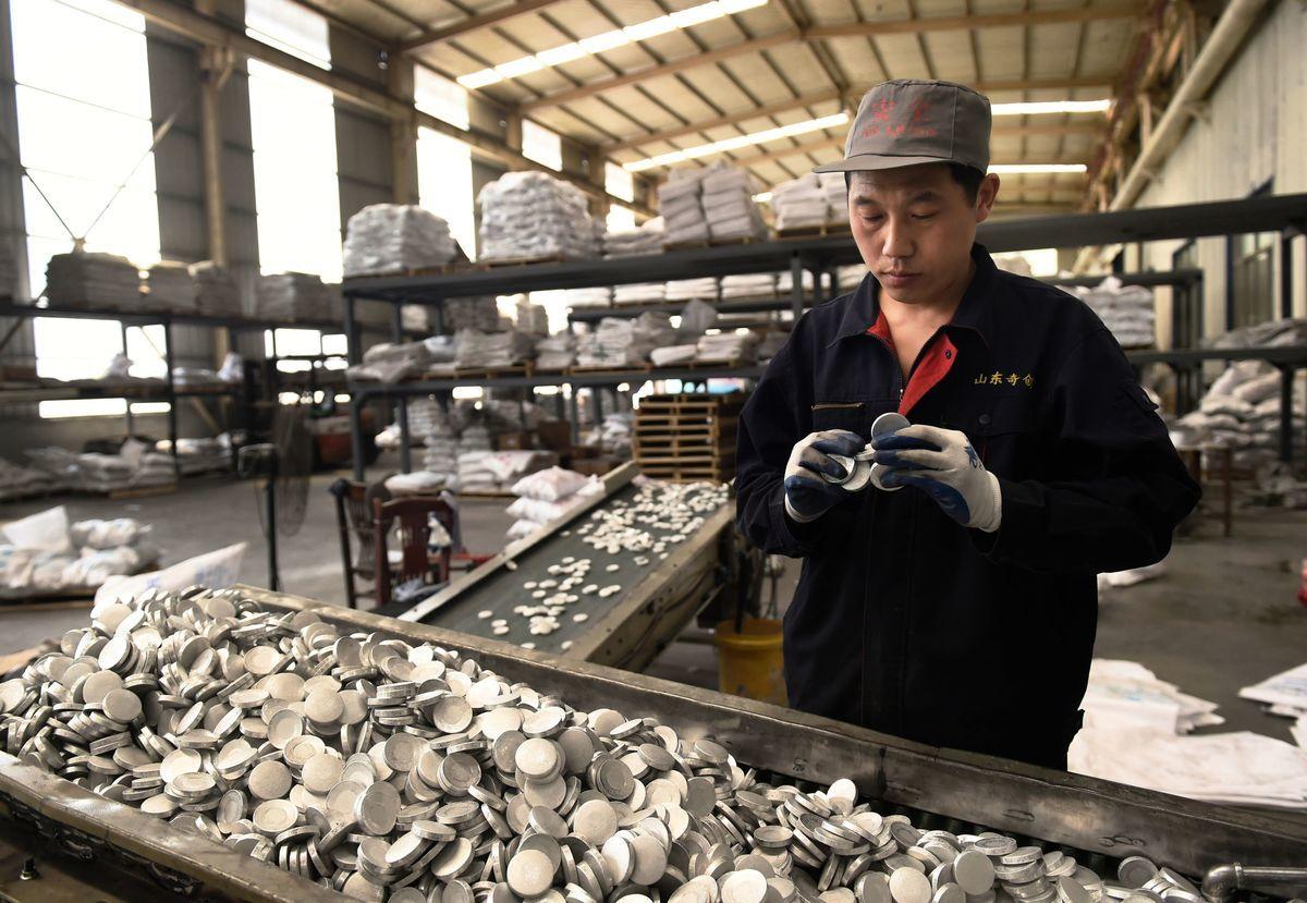 2018年4月18日,一名工人在中國山東鄒平的一家工廠檢查鋁產品。(AFP via Getty Images)
