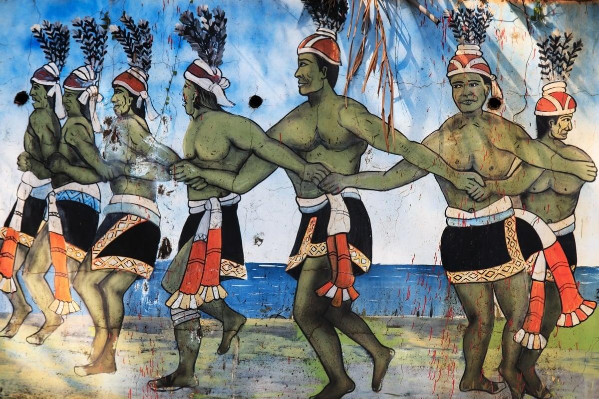 法國一項研究顯示,台灣島上的原住民在5000年前向太平洋沿岸遷徙,可能成為東亞人的祖先。圖為2015年2月19日,位於台灣屏東縣的台灣原住民族文化園區內的雕刻作品。(Shutterstock)