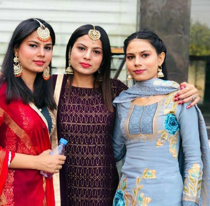 漂亮的三胞胎姐妹。(女兒桑迪提供)