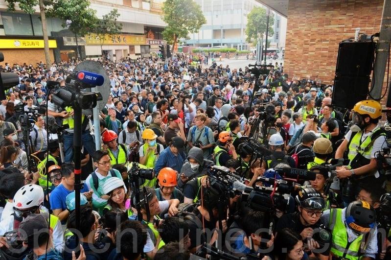 【11.25反暴政組圖】民主派當選人聲援理大留守者 警民對峙