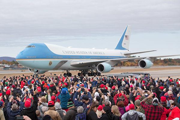 2020年10月25日下午特朗普總統乘坐空軍一號來到新罕布什爾州發表「讓美國再次偉大」演講。(Scott Eisen/Getty Images)