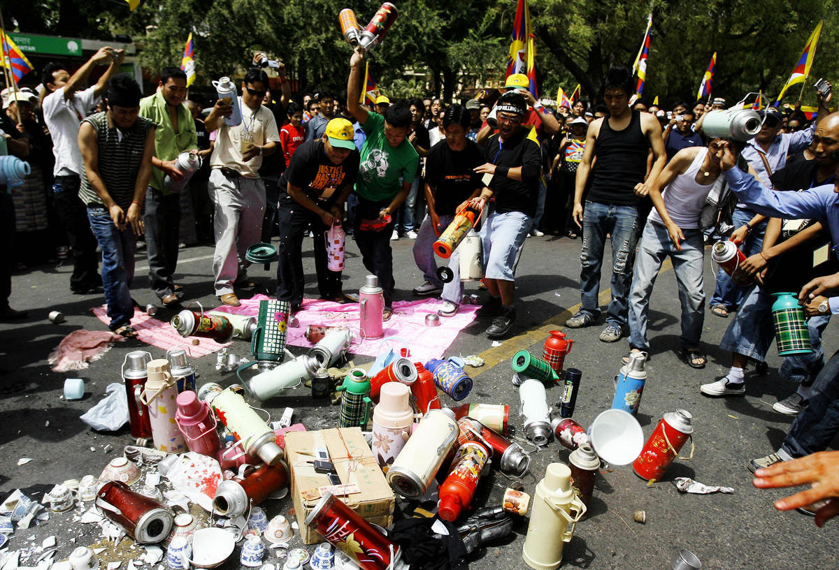 針對中共第四度阻止聯合國將巴基斯坦恐怖組織首腦阿茲哈(Masood Azhar)列入恐怖份子黑名單,印度發起抵制中國產品的活動。圖為2008年3月31日,西藏活動人士在印度新德里的一項抗議活動中砸毀中國產品。(MANPREET ROMANA/AFP/Getty Images)