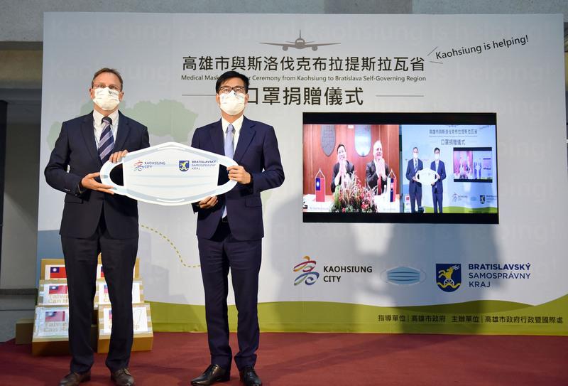 斯洛伐克宣佈將捐贈1萬劑疫苗給台灣,由於高雄曾捐贈斯洛伐克30萬片口罩,高雄市長陳其邁(右)7月16日感謝好朋友斯洛伐克在台灣困難時捐贈疫苗,顯示兩國人民彼此的關懷。(高雄市新聞局提供/中央社)