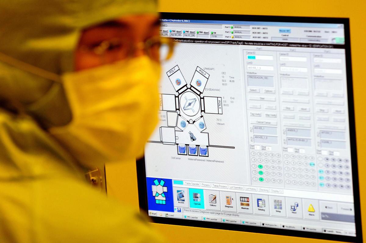 圖為2006年4月28日,聯華電子公司(UMC)的工程師在台灣台南科學園12英吋UMC晶圓廠內工作。(SAM YEH/AFP/Getty Images)