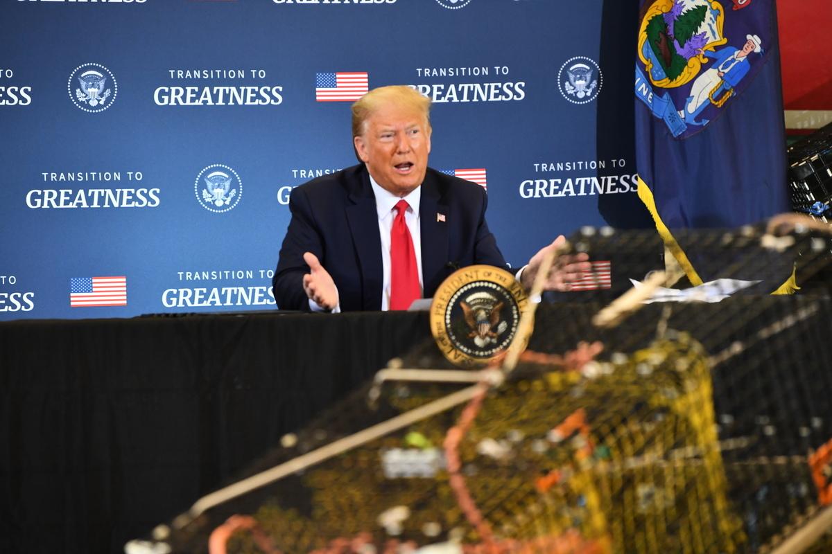 圖為2020年6月5日,特朗普在緬因州參加一個支持商業漁民的圓桌會議。(Nicholas Kamm/AFP)