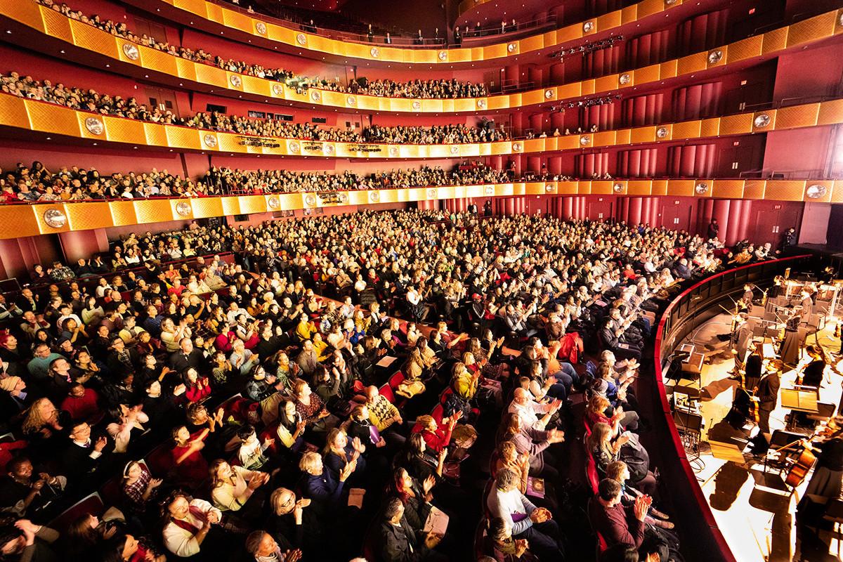 今年神韻紐約藝術團分別於1月、3月在林肯中心大衛寇克劇院舉行兩輪共29場演出,締造場場爆滿的轟動票房。(戴兵/大紀元)