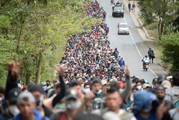 2021年1月16日在危地馬拉一條道路上行走的洪都拉斯非法移民。他們準備前往美國。(JOHAN ORDONEZ/AFP via Getty Images)