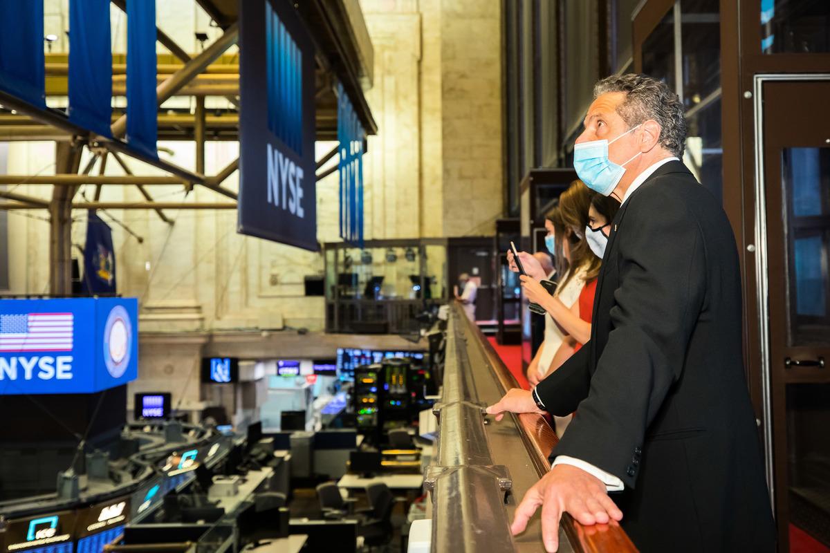 2020年5月26日,在紐約證券交易所(NYSE)重新開放的當天,紐約州長安德魯・庫莫(Andrew Cuomo)在巡視交易大廳。(Colin Ziemer/NYSE via Getty Images)