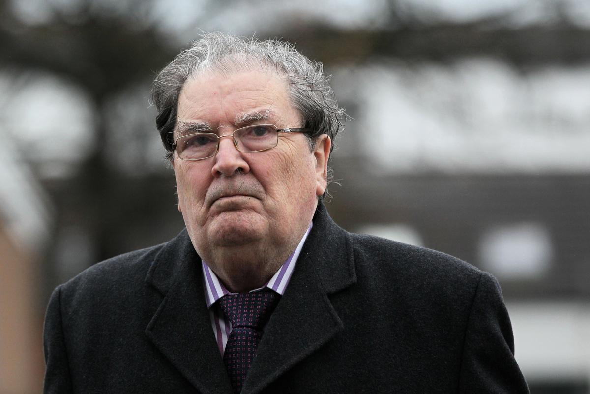 攝於2013年11月27日,諾貝爾和平獲得者約翰·休姆(John Hume)。約翰·休姆因其在北愛爾蘭和平進程中的作用而於1998年獲得諾貝爾和平獎,他的家人於2020年8月3日宣佈去世,享年83歲。(Photo by PETER MUHLY / AFP)