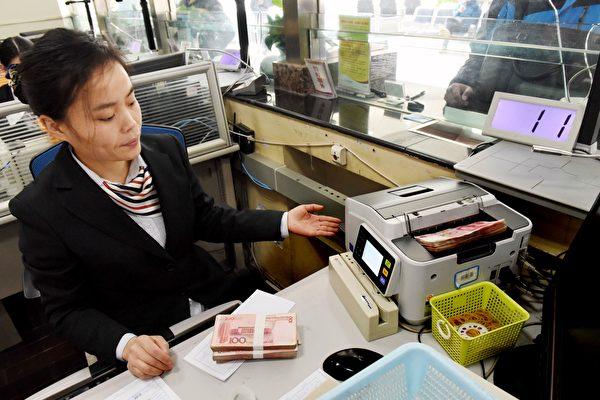 中國的體制內頂級學者一致指出,因美國是全球金融規則的制定者,若貿易戰轉入貨幣戰的話,中共已幾無招架之力。(STR/AFP/Getty Images)