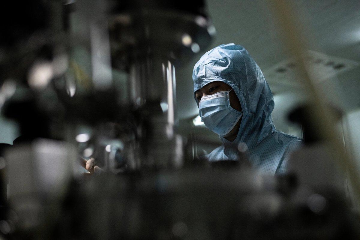 為了在疫苗競賽中「位居前列」,中共當局主導的新冠疫苗,宣稱100%保護效果,被質疑誇大效果。(NOEL CELIS/AFP via Getty Images)