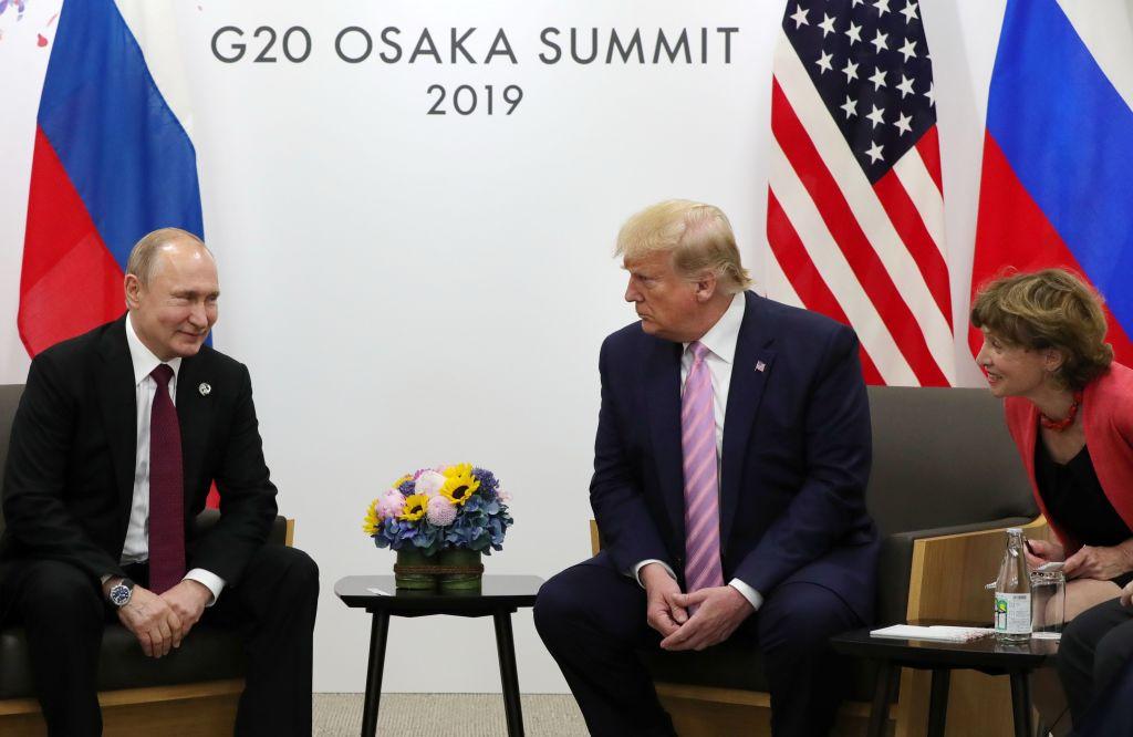 日本大阪的G20峰會上,特朗普和普京會晤。(MIKHAIL KLIMENTYEV/AFP/Getty Images)