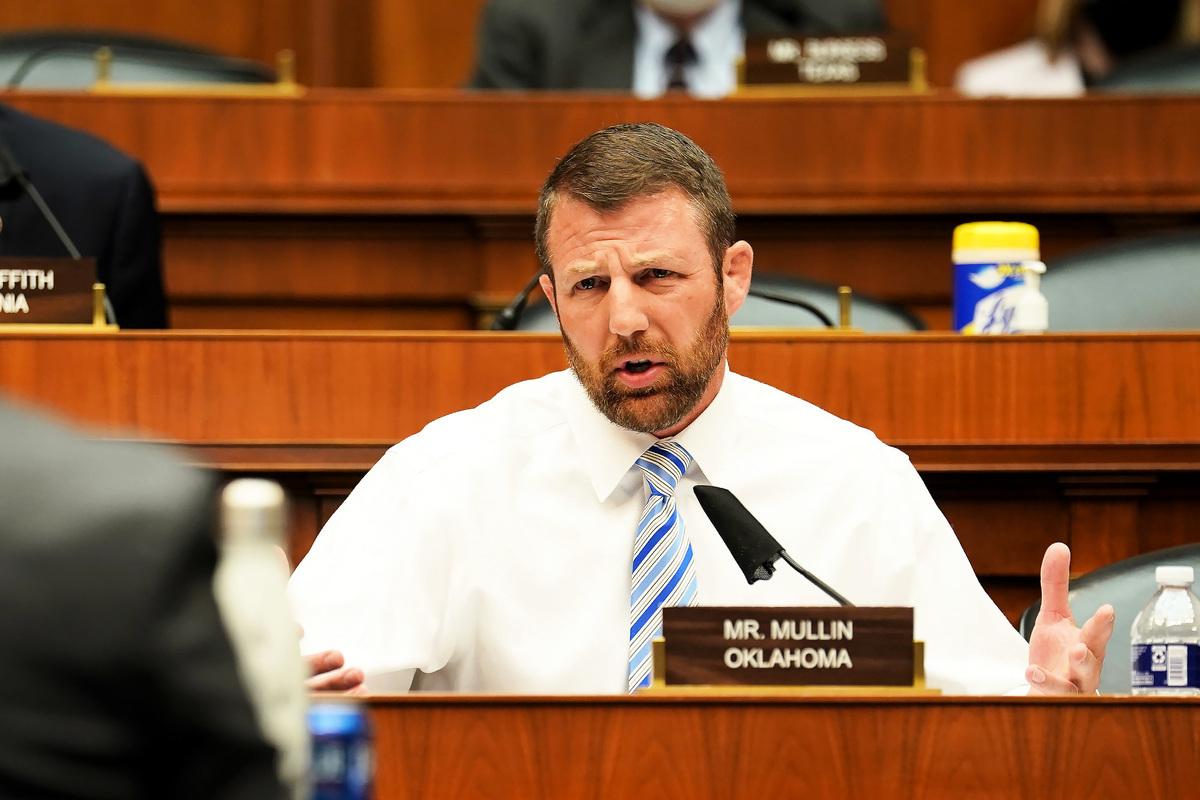 在2020年5月14日,美國聯邦眾議員馬克韋恩·穆林(Markwayne Mullin)在聽證會上提問。(Greg Nash-Pool/Getty Images)