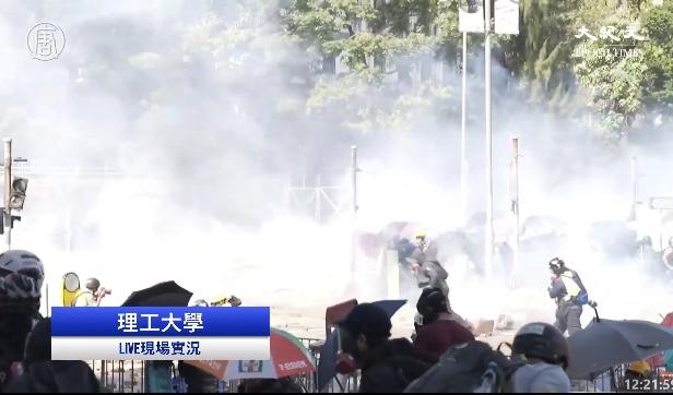 11月17日上午至中午,在香港理工大學,防暴警察瘋狂發射多輪  催淚彈。(大紀元影片截圖)